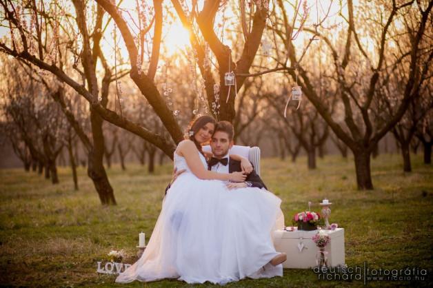 Romantikus esküvői kreatív fotózás egy gyümölcsösben